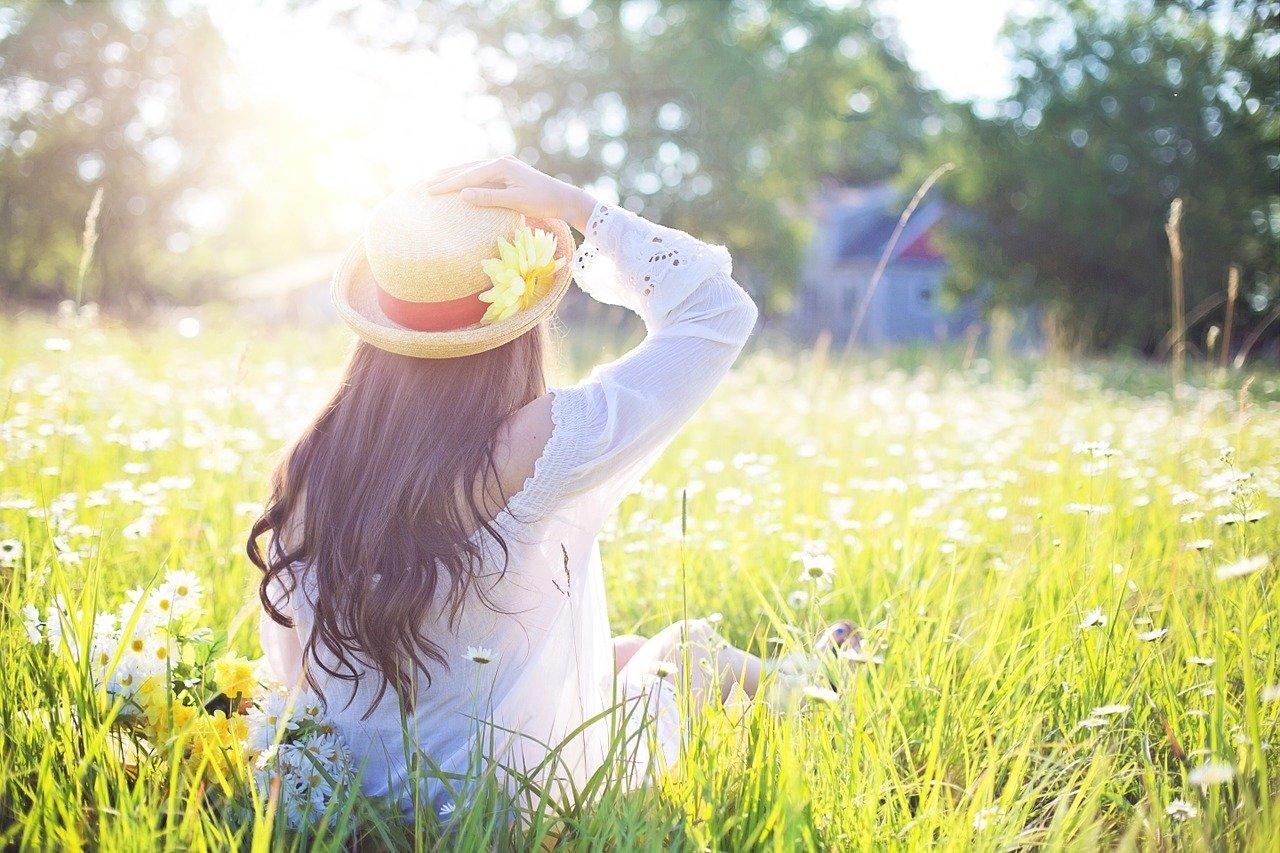Frau in Frühlingswiese